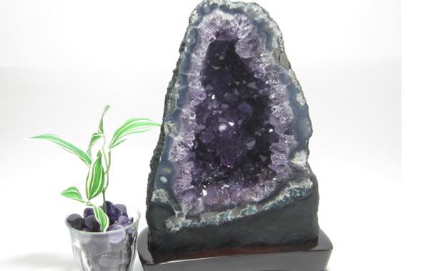 パワーストーンのアメジストドーム・アメジスト原石(紫水晶洞・ジオード・カペラ) 4.95Kg 木製台座付
